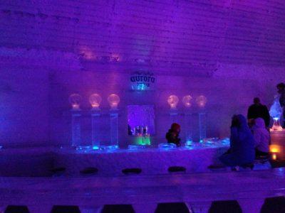 チナ温泉、氷のグラスでマティーニ